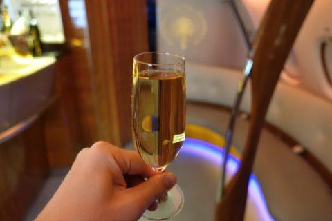 emirates-firstclass-a380/シャンパンをBarで飲む