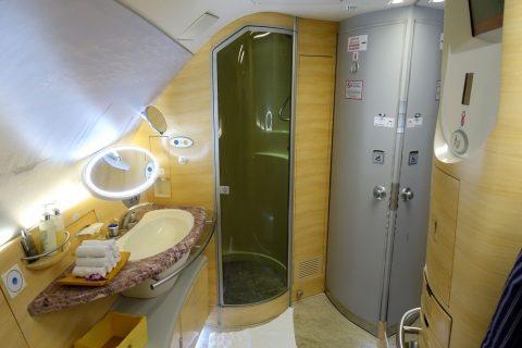 emirates-firstclass-a380/シャワーブースと洗面台