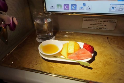 emirates-firstclass-a380/シャワーの後のフルーツ