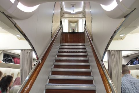 emirates-firstclass-a380/下から見上げた階段