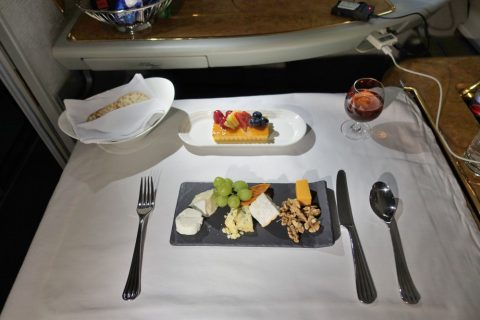 emirates-firstclass-a380/フルーツタルトとチーズ