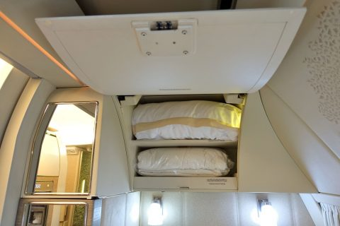emirates-firstclass-b777-new-seat/頭上の収納