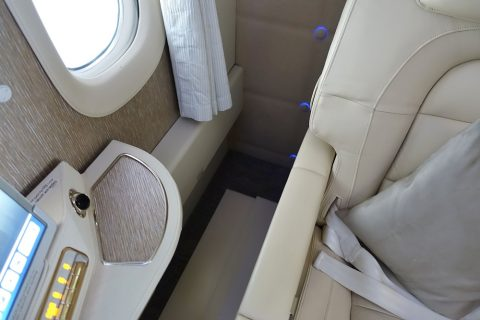 emirates-firstclass-b777-new-seat/中央シートの肘掛