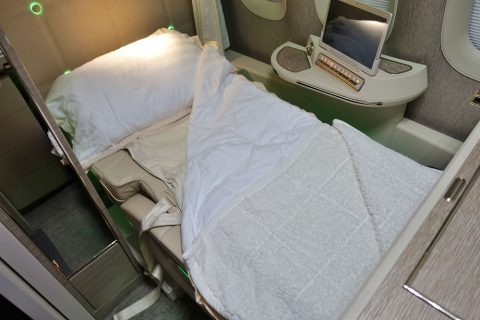 emirates-firstclass-b777-new-seat/フルフラットベッド