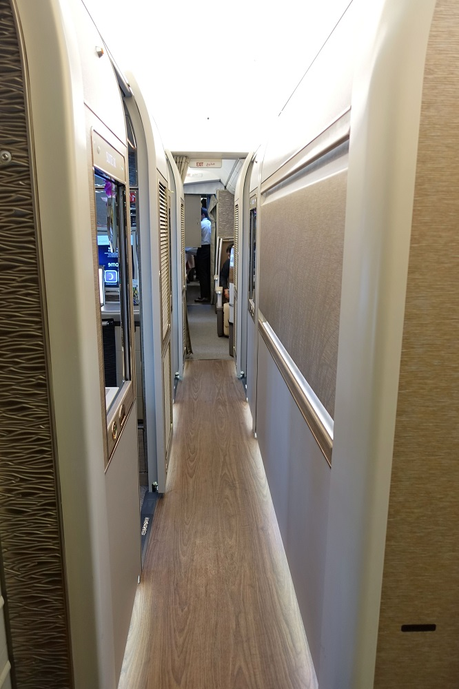 emirates-firstclass-b777-new-seat/通路