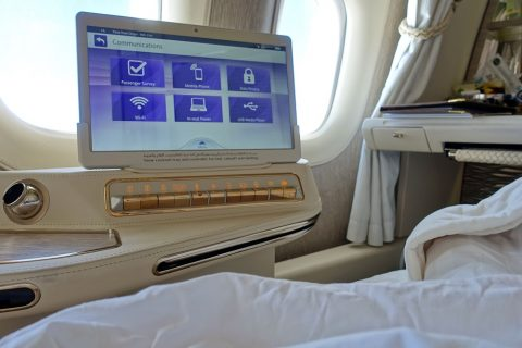 emirates-firstclass-b777-new-seat/ベッドとモニター