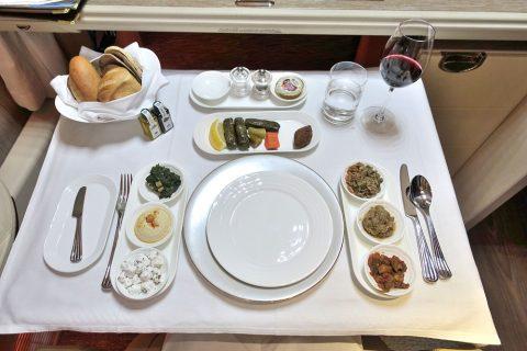 emirates-firstclass-b777-new-seat/伝統的なアラブ料理メゼ