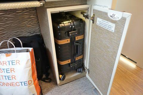 emirates-firstclass-b777-new-seat/荷物入れ