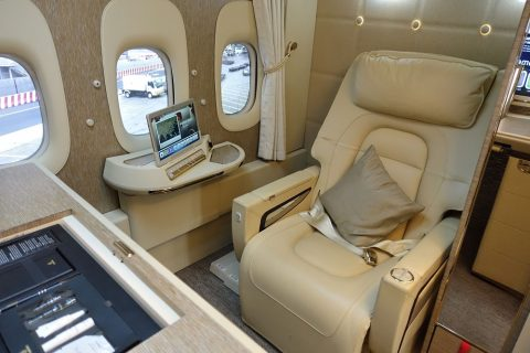 emirates-firstclass-b777-new-seat/中央の席