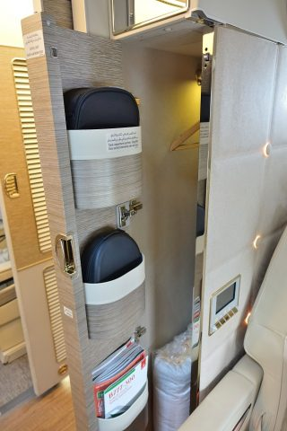 emirates-firstclass-b777-new-seat/クローゼット