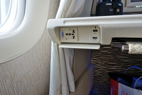 emirates-firstclass-b777-new-seat/電源