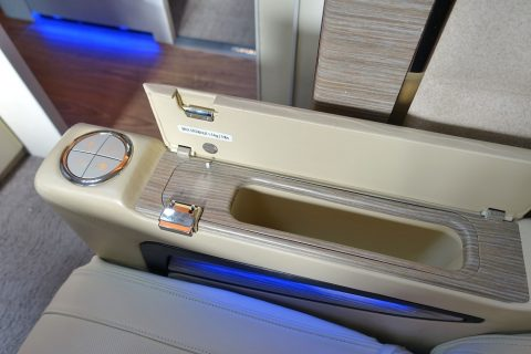 emirates-firstclass-b777-new-seat/肘掛の収納