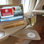 エミレーツ航空ファーストクラス搭乗記!B777新型シートが完全個室で凄い!