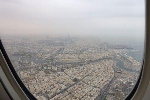 emirates-firstclass-b777-new-seat/窓から見えるブルジュカリーファ