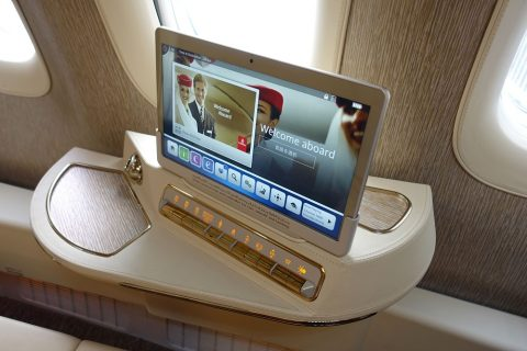 emirates-firstclass-b777-new-seat/サイドテーブル