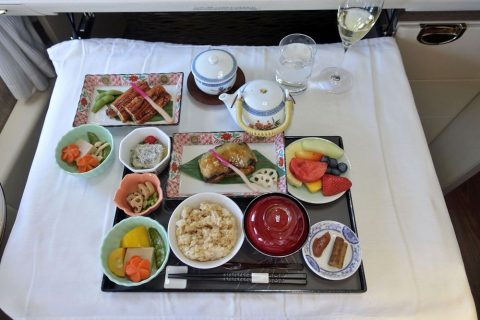 emirates-firstclass-b777-new-seat/和朝食