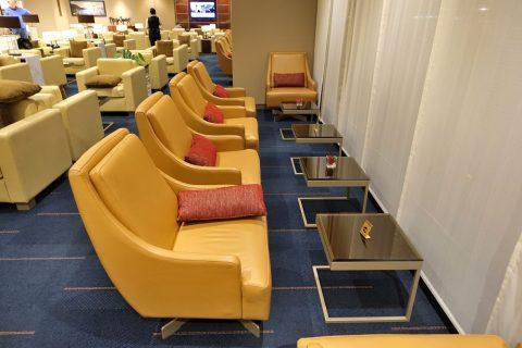 narita-emirates-lounge/窓側のソファー