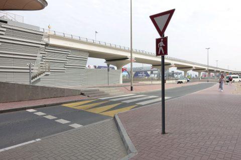 rose-park-hotel-al-barsha/駅前の横断歩道