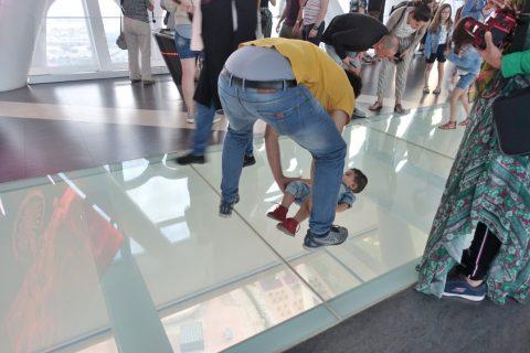 dubai-frame/ガラスの床