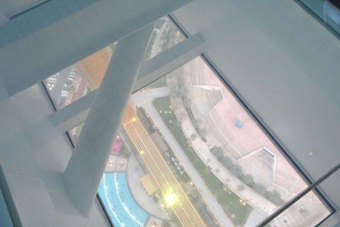 dubai-frame/ガラスの床の景色
