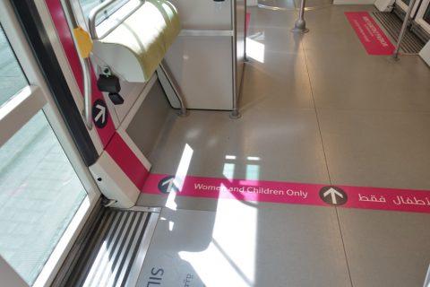 dubai-tram/女性専用車のボーダーライン