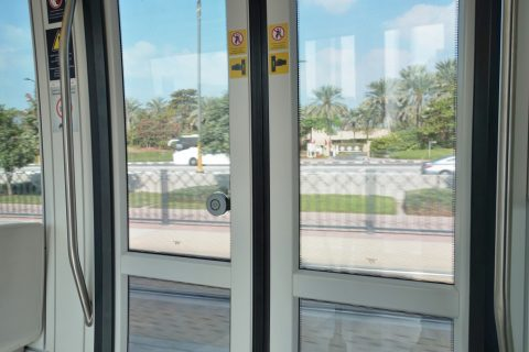 dubai-tram/ドアボタン