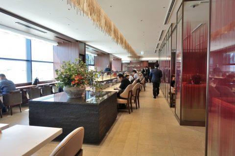 itami-diamond-premier-lounge/自然光の差し込むラウンジ