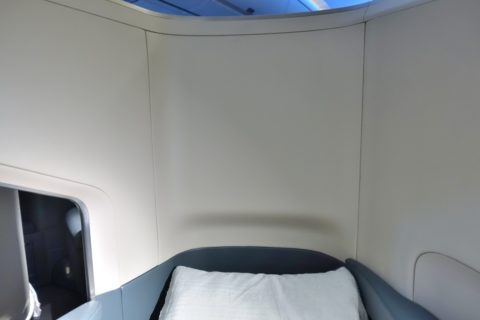 cathaypacific-businessclass-a350/ベッドの頭の部分