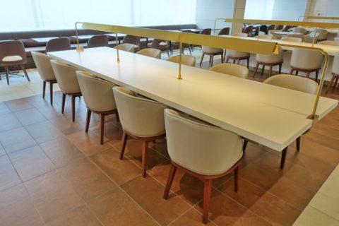 jal-firstclass-lounge-narita-4f/ダイニングのロングテーブル