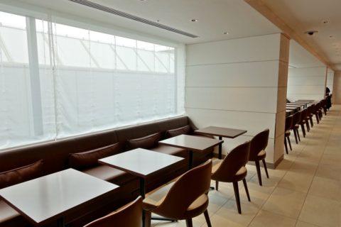 jal-firstclass-lounge-narita-4f/ダイニングテーブルの窓側
