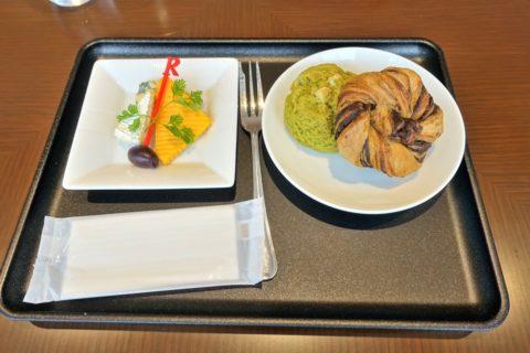jal-firstclass-lounge-narita-4f/チーズとパン