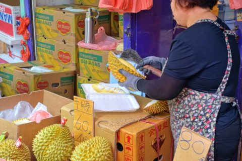 mongkok-market-hongkong/ドリアンを切って売る