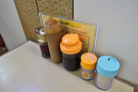 nathan-congee-and-noodle-hongkong/卓上の調味料