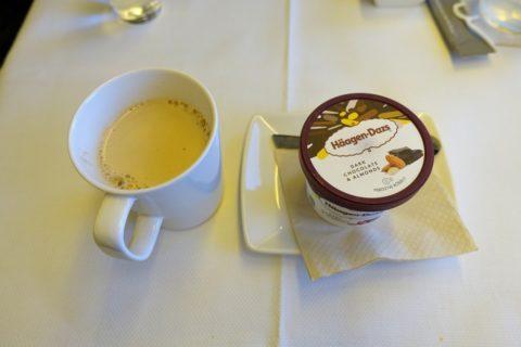 cathaypacific-businessclass-777/ミルクティーとアイス