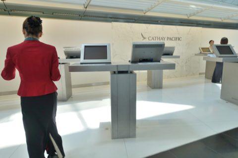 hongkong-airport-first-checkin/カウンターのモニター