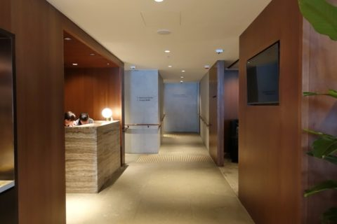 the-deck-cathaypacific-lounge/シャワーの受付