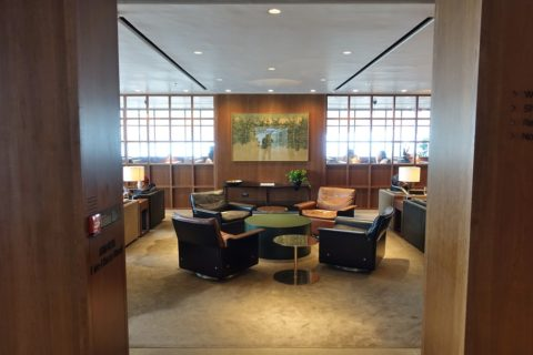 the-deck-cathaypacific-lounge