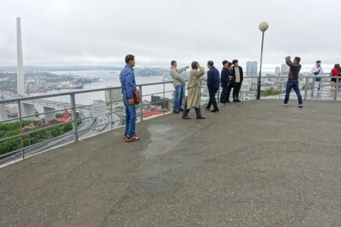 vladivostok-view-spot/展望台の観光客