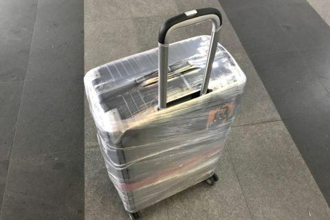 ラップでくるまれたスーツケース