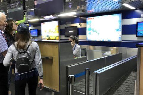 irkutsk-airport-チェックインカウンターの担当者