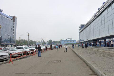 irkutsk-airport-ターミナル前駐車場