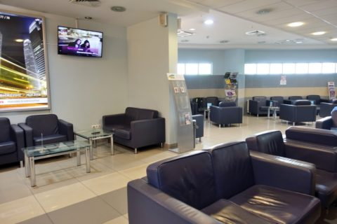 irkutsk-airport-business-lounge/ソファーとテーブル