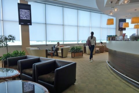 moscow-airport-business-lounge/窓に沿ったラウンジ