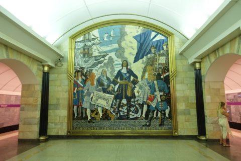 sankt-petersburg-metro-ホーム上の絵画