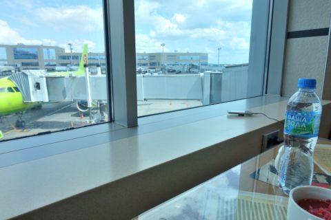 shostakovich-lounge/窓の外の飛行機