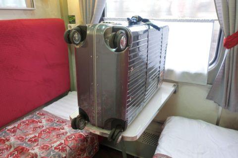 siberian-railway-007/テーブルの上にスーツケース
