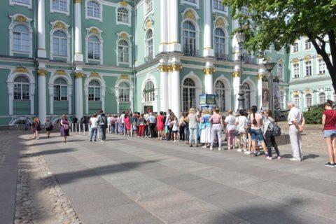 St-Petersburg-Hermitage-museum/チケットを求める行列