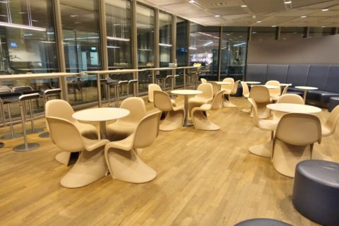 frankfurt-lufthansa-business-lounge/ダイニングテーブル
