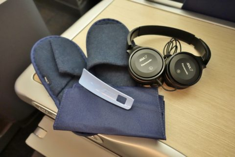 ANA-businessclass-b787-10/スリッパとヘッドフォン