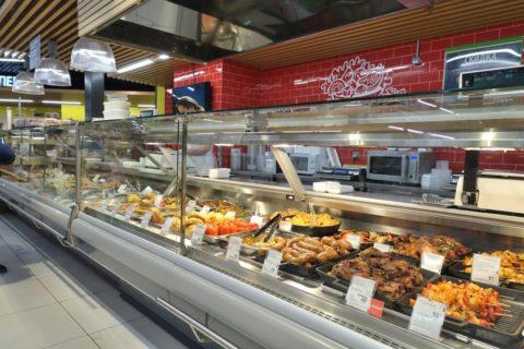 Russiaスーパーの惣菜売場